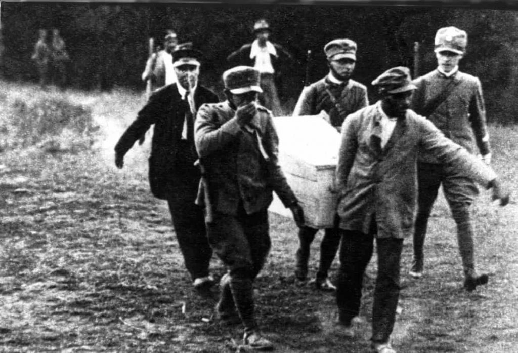 Giacomo Matteotti's body is being carried by people